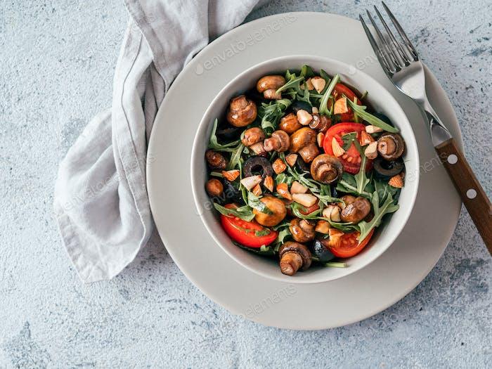 Salat mit Rucola, Mini-Champignons
