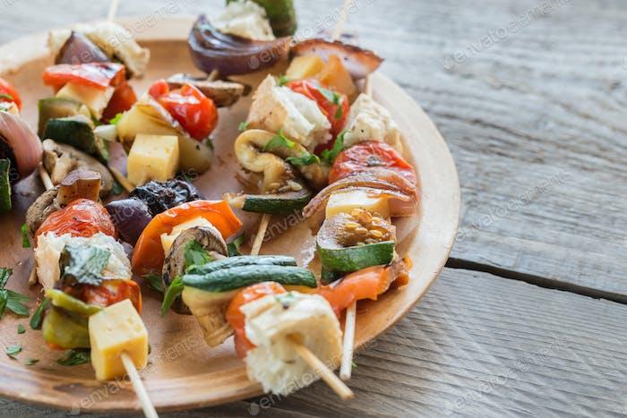 Gegrillte Gemüsespieße auf dem Teller