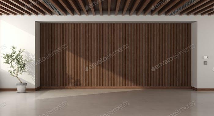 Leerer Raum mit Holzvertäfelung und Dachbalken