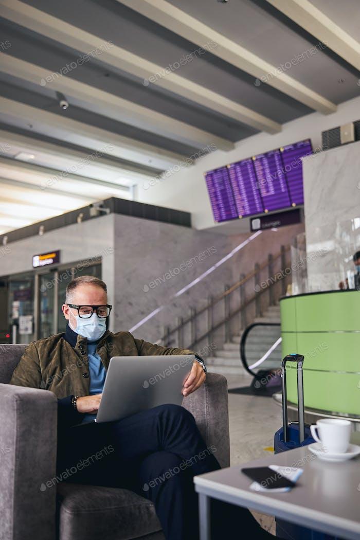 Mann mit Brille arbeitet an seinem Computer