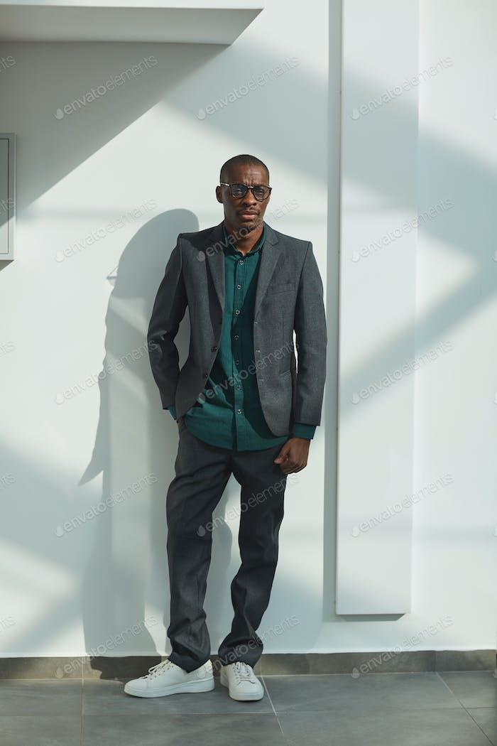 Уверенный африканский бизнесмен
