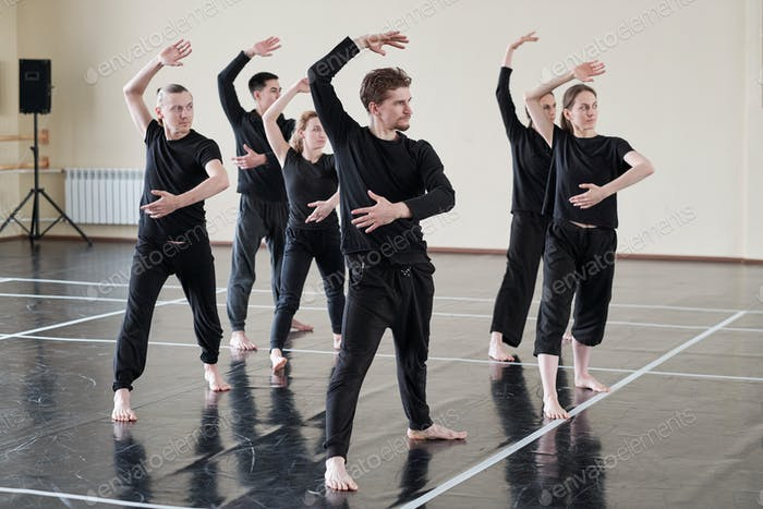Gruppe der Tänzer mit Probe