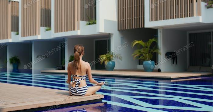 Frau zu tun Übung im Schwimmbad