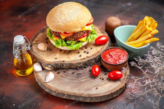Vorderansicht Fleischburger mit Pommes Frites auf dunklem Hintergrund
