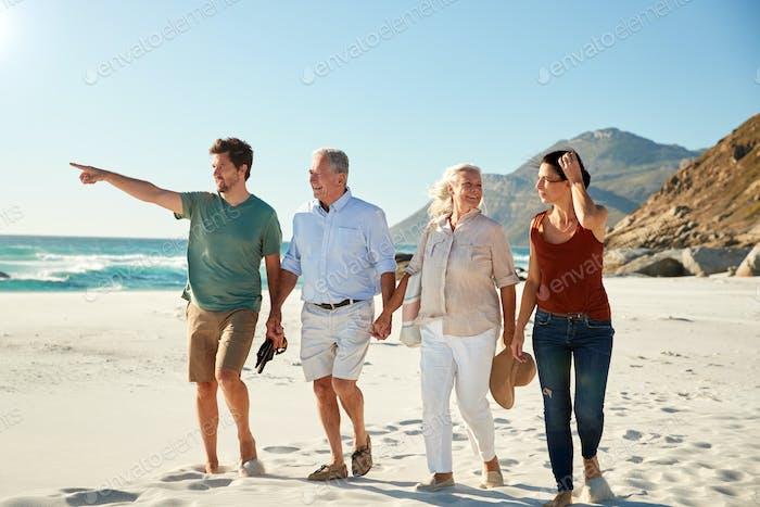Parejas blancas de adultos medio y mayores caminando en una Playa juntos hablando, Duración completa, de cerca