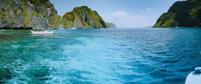 Palawan Bacuit Archipel. Panoramaaufnahme der Meeresstraße zwischen Mantinloc und Tapiutan Inseln auf