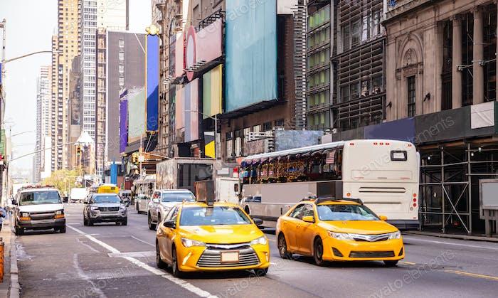 Novedad York, calles. Edificios Alto, carteles de colores, coches y taxis
