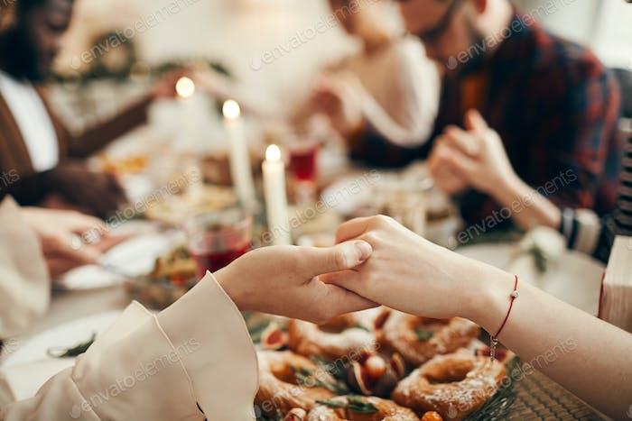 Orando en la cena