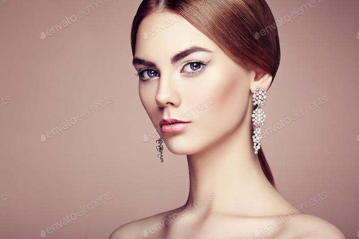 Mode-Porträt von jungen schönen Frau mit Schmuck