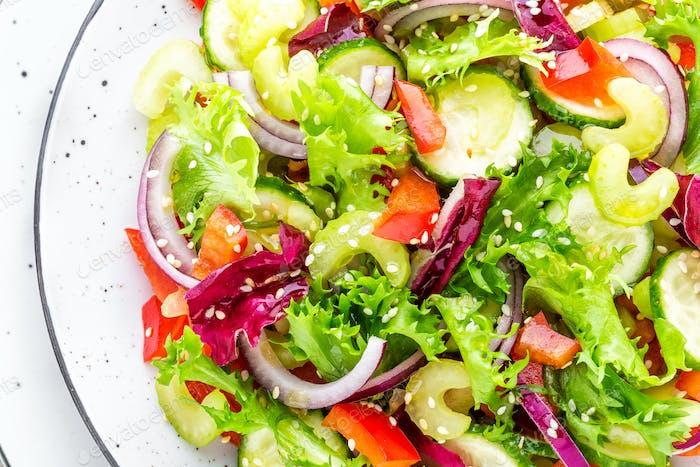 Salat aus frischen Gurken, Sellerie, Paprika, Frize Salat, rote Zwiebel
