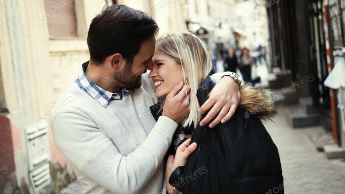 romantische junge glückliche paar küssen und umarmen