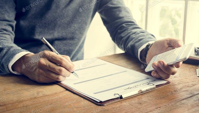 Hombre Escribiendo Formulario de Solicitud de Seguro Concepto