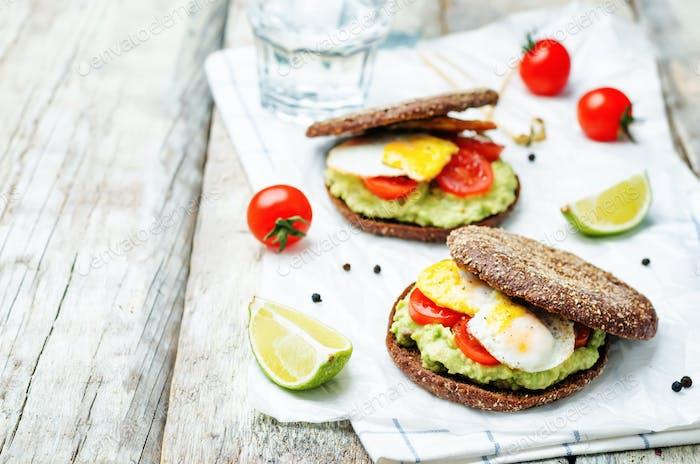zerbrochene Avocado, Tomaten, Eier-Sandwich