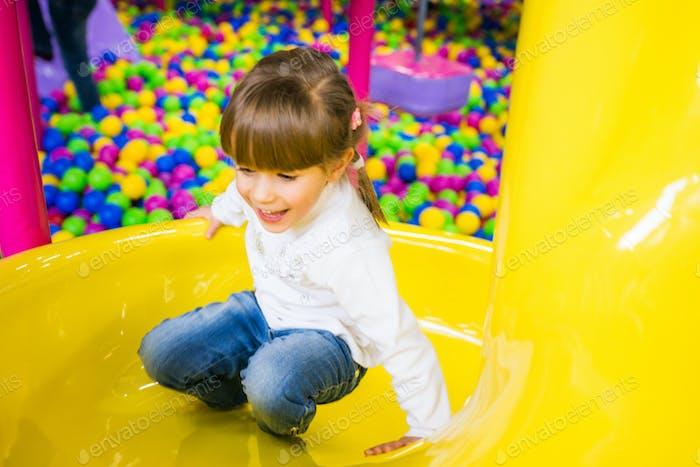 Glückliches Kind, das Spaß im Spielzimmer hat
