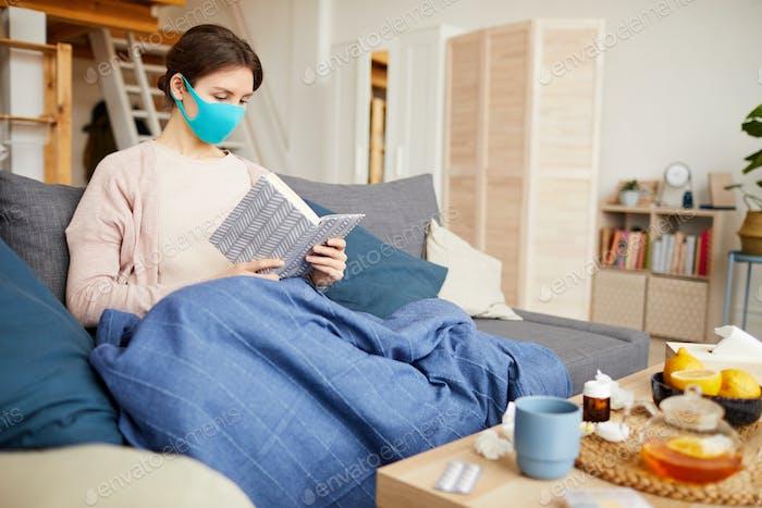 Frau sitzt zu Hause während der Quarantäne