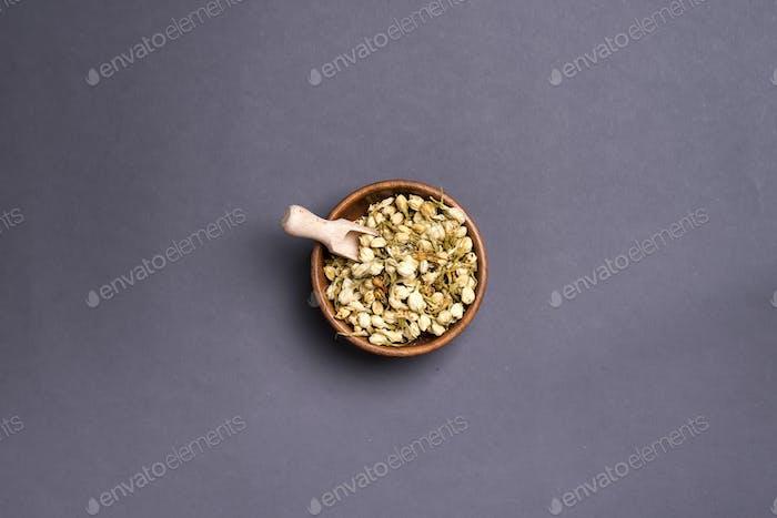 Getrocknete Mimosenblüten: für Tee, alternative Medizin, Pot-pourri.