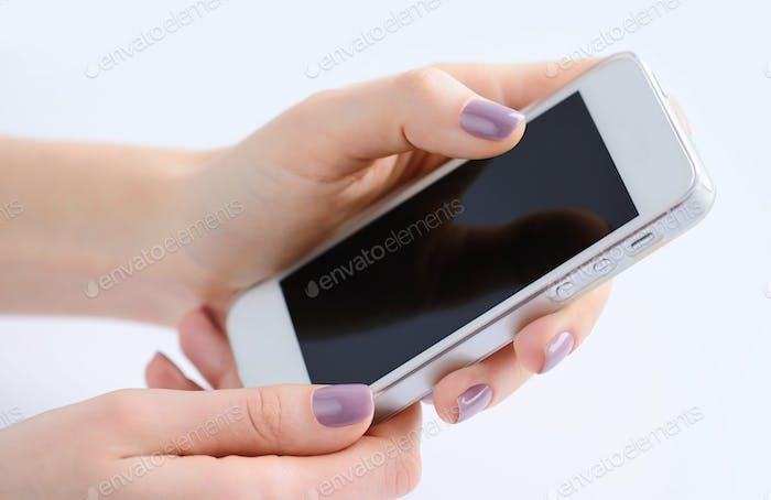 Frauen Hände halten Handy, Finger berühren den Bildschirm