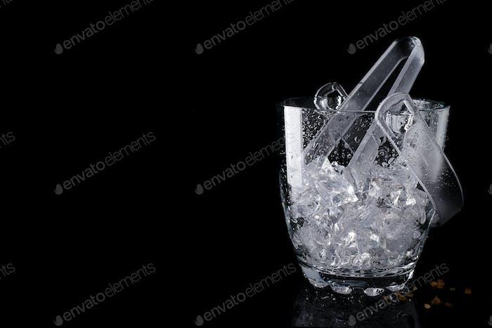 Glas-Eiskübel isoliert auf schwarz