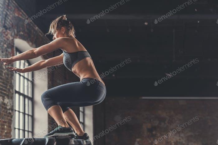 Springen Sport Frau drinnen