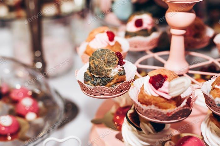 стол с современными десертами