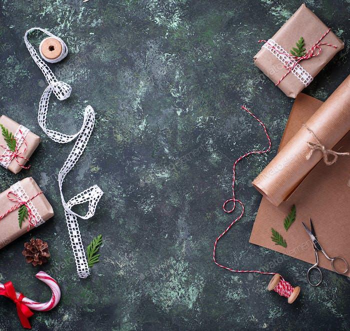 Prozess der Verpackung von Kartons mit Weihnachtsgeschenken Geschenke