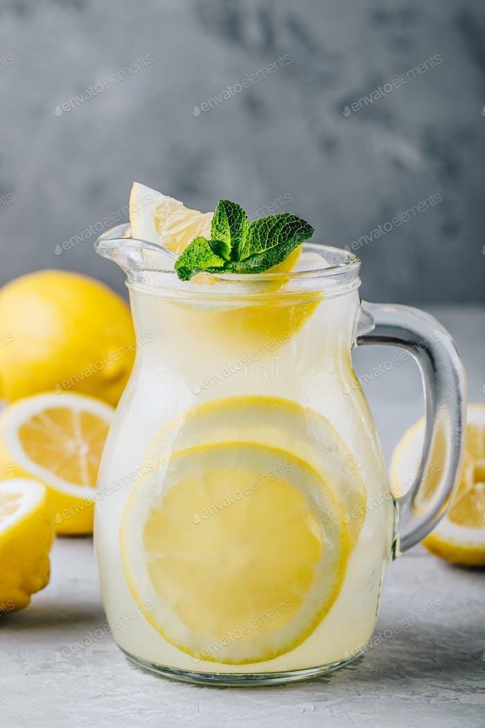 Refrescante bebida casera de limonada de verano con rodajas de limón, jengibre y Hielo