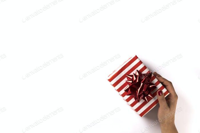 Weihnachtsgeschenk Box in weiblichen Händen.