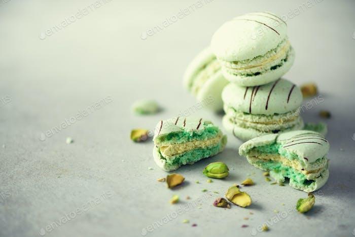 Grüne Minze französische Makronen mit Pistazien. Pastellfarben Macarons, Kopierraum. Urlaub und
