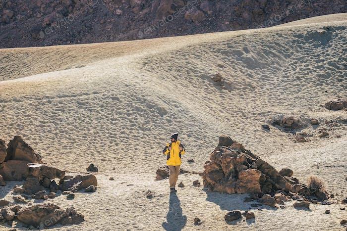 Senderismo salvaje actividad al aire libre en la montaña