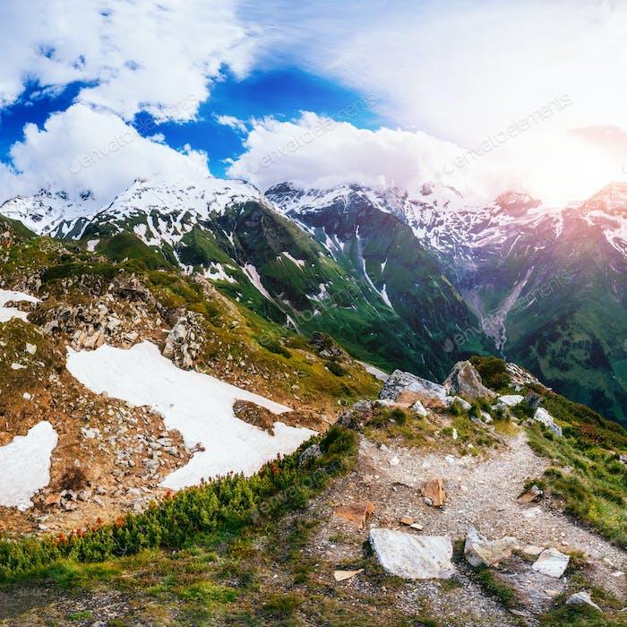Fantastische Landschaft fast schneebedeckte Berge