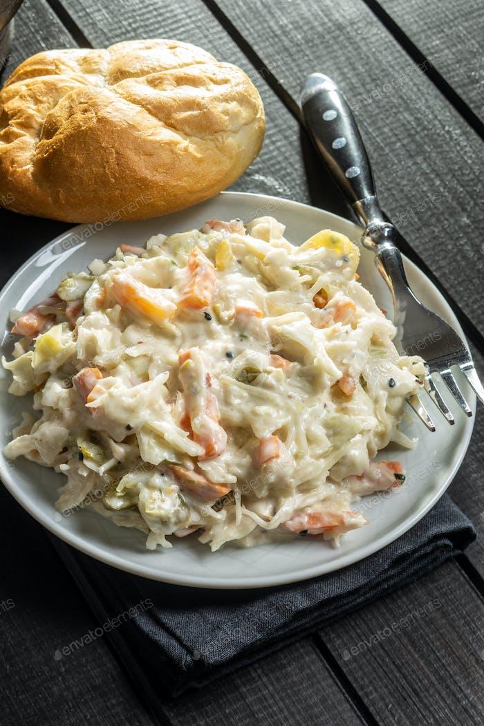 Krautsalt. Salat aus geschreddertem Weißkohl und geriebener Karotte mit Mayonnaise.