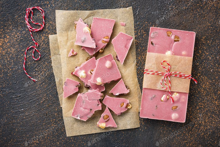 Trendige rosa oder rubinrote Schokolade