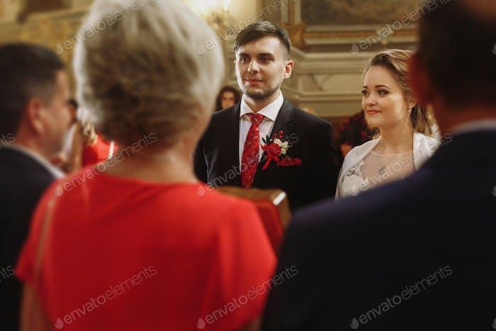 Amigos y familiares felicitan pareja recién casada en la iglesia