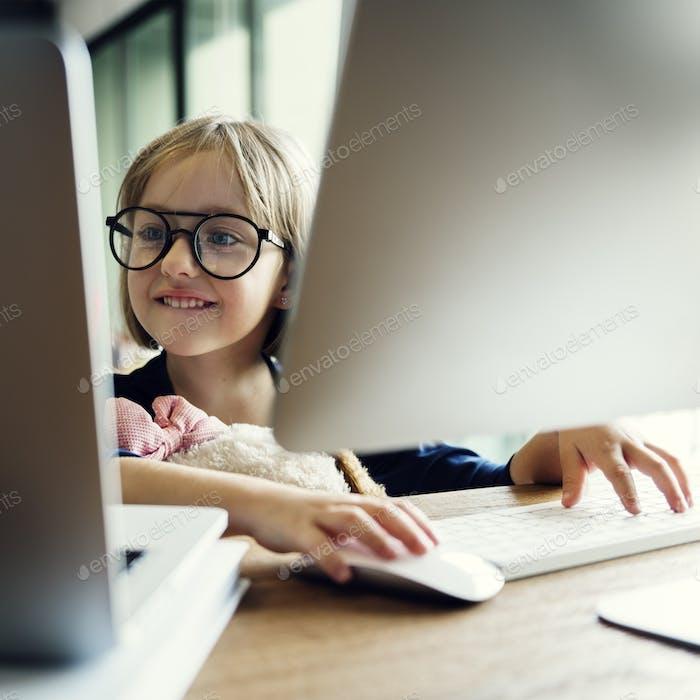Mädchen Computer-Technologie Netzwerknig Verbindung Online-Konzept