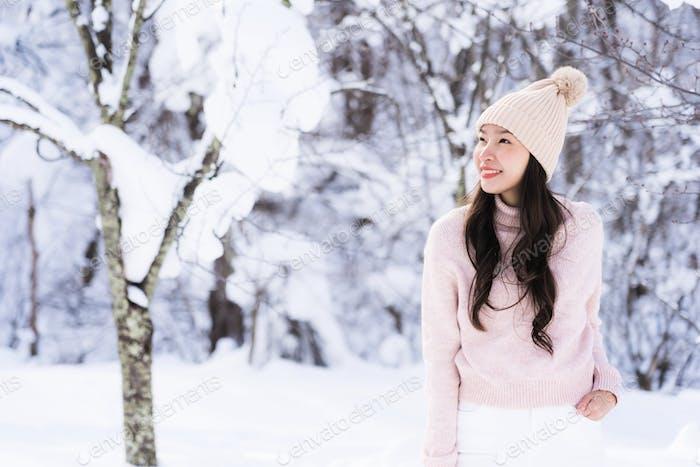 Porträt Junge Schöne asiatische Frau Lächeln glücklich Reisen und enjo