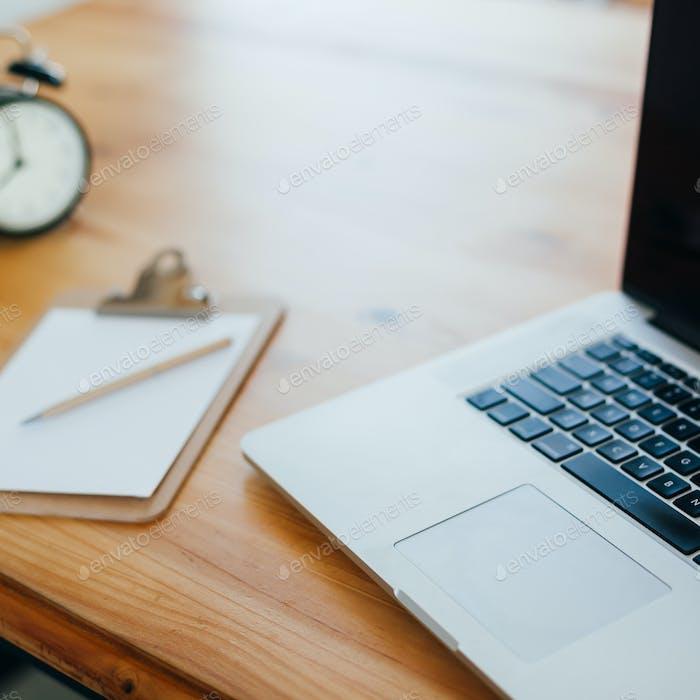 Espacio de trabajo independiente con portátil