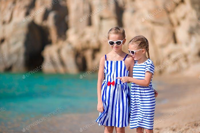 Mädchen am Strand im europäischen Urlaub