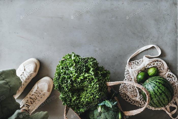 Umweltfreundlicher Lebensstil mit Taschen voller frischem Gemüse und Obst