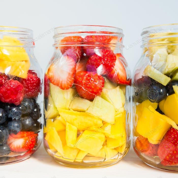 Obst- und Beerensalate in Gläsern