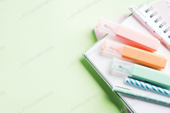 Zurück zur Schule Briefpapier Konzept auf Minze