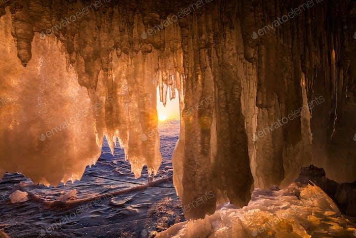 Blick von der Eisgrotte bei Sonnenaufgang, Baikalsee