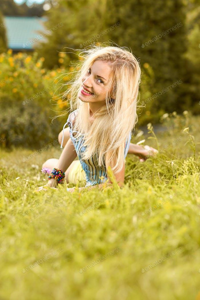 Schönheit verspielte Frau entspannen, Garten, Menschen im freien