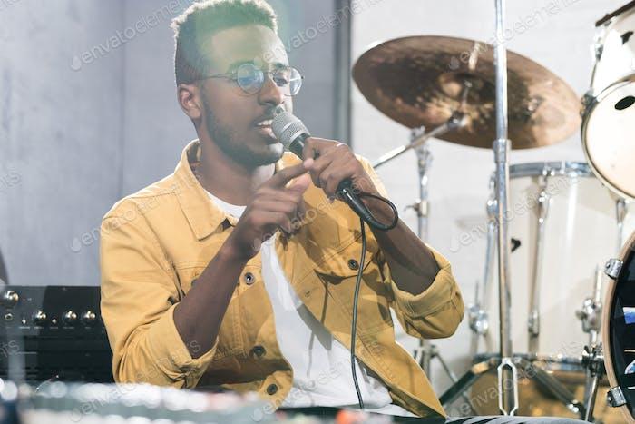 Afrikanischer Mann singt