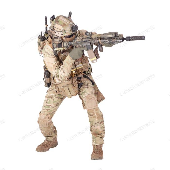 Armee Soldat hockt mit Gewehr Studio schießen