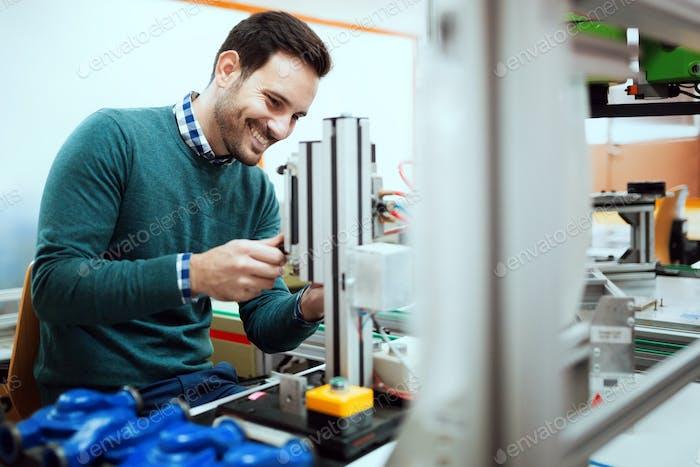 Junge Student der Elektronik arbeiten am Projekt