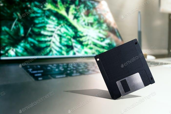 Alte Tech Diskette auf einem modernen Laptop platziert
