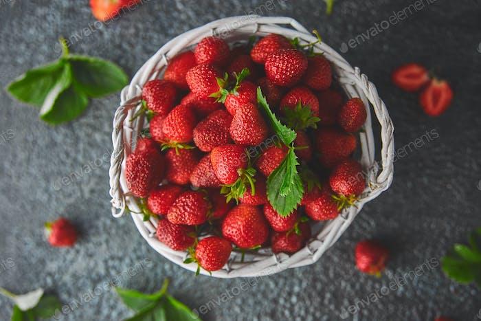 Erdbeeren im weißen Korb. Frische Erdbeeren. Wunderschöne Erdbeeren.