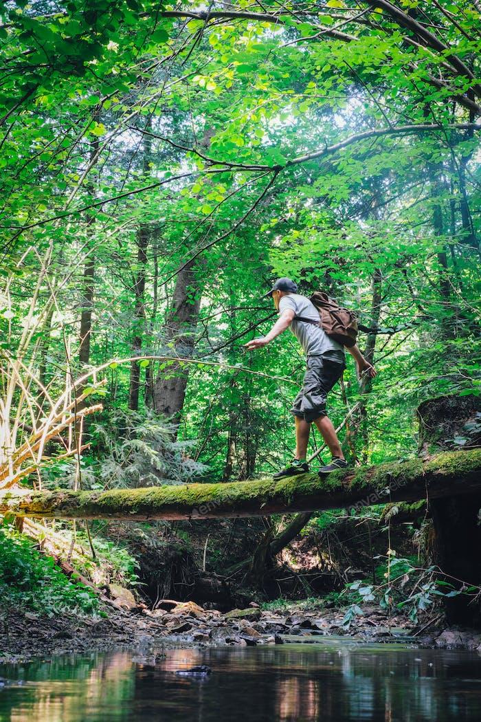 Alleine Mann im wilden Wald