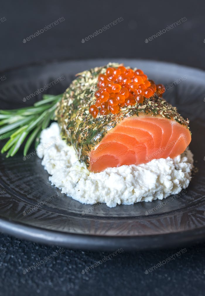 Salmon in mint sauce with red caviar and ricotta
