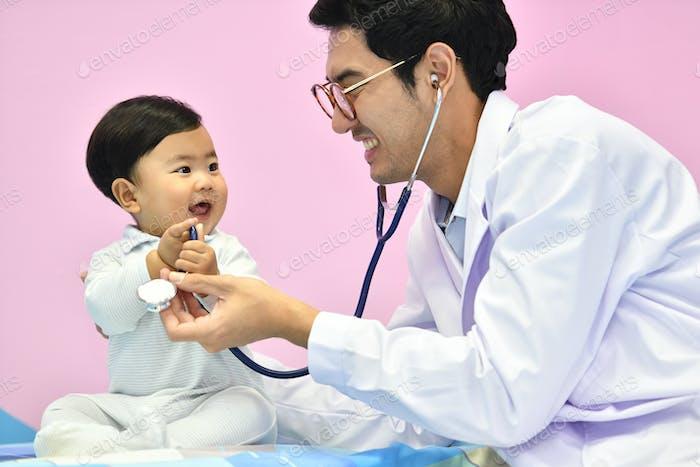 Arzt und Baby